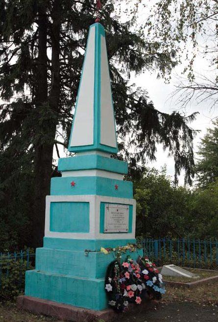 д. Коски Рославльского р-на. Обелиск, установленный на братской могиле, в которой похоронено 93 советских воина, погибших в годы войны.
