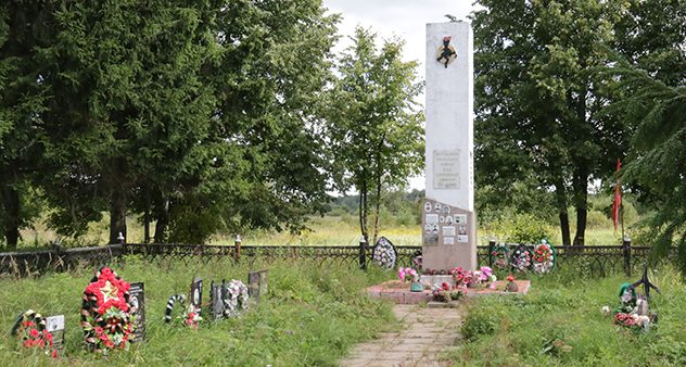 д. Дубна Темкинского р-на. Памятник на братской могиле советских воинов. Официально захоронено 1074 солдата и офицера.