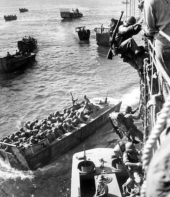 Морские пехотинцы загружаются в десантные суда для вторжения в бухту Императрицы Августы острова Бугенвиль. Ноябрь 1943 г.