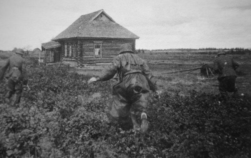 Полевые жандармы бегут к дому, в котором скрываются советские партизаны. Пропагандистское фото.1941 г.