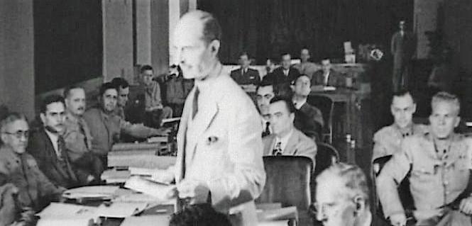 Генеральный прокурор Фрэнсис Биддл (стоит) на суде над диверсантами.