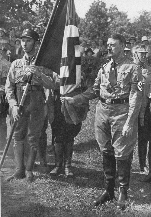 Якоб Гриммингер и Адольф Гитлер у Знамени крови. 1929 г.