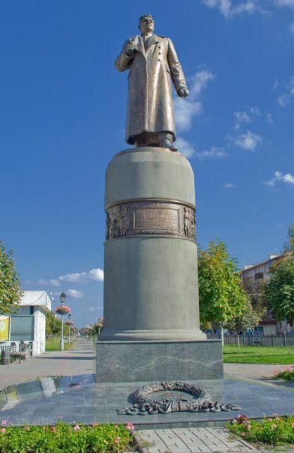 г. Полтава. Памятник генералу Зыгину на одноименной площади, установленный в 1957 году, погибшему в 1943 году во время освобождения Полтавы.