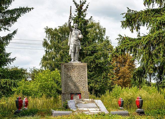 с. Березовая Лука Гадячского р-на. Памятник, установленный в 1957 году на братской могиле советских воинов. Здесь же находятся мемориальные плиты с именами погибших односельчан.