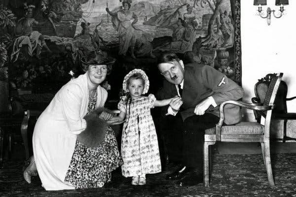 Эдда Геринг в 1940 году со своей матерью и крестным отцом Адольфом Гитлером.