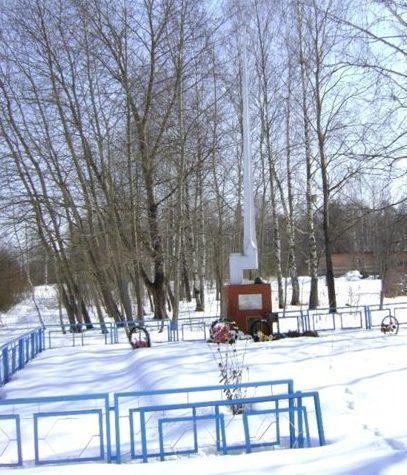 с. Замыцкое Темкинского р-на. Памятник, установленный на братской могиле, в которой похоронено1020 воинов 33-й и 43-й армий.