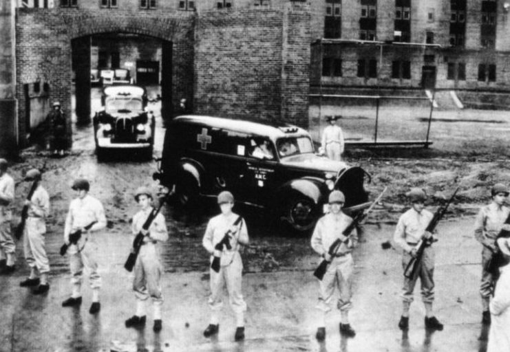 Усиленная охрана диверсантов во время суда.