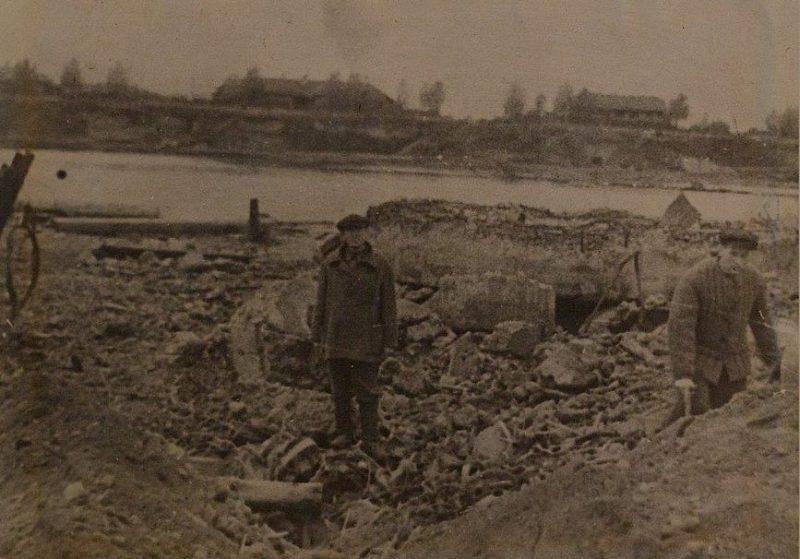 Воронка от авиабомбы на ГЭС. 1941 г.