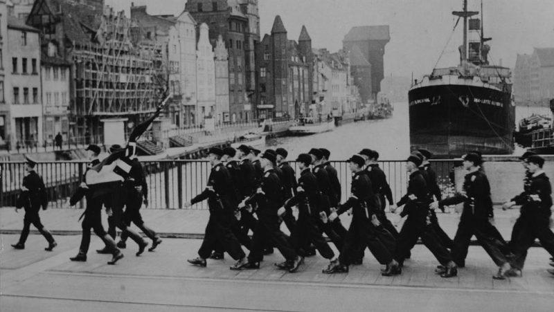 Гитлерюгенд на мосту Моттлау в свободном городе Данциг. 11 мая 1939 года.