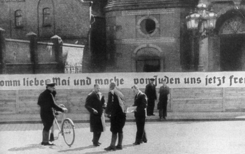 Большая синагога. На транспаранте написано: «Приходите и освободите нас от евреев». Май 1939 г.