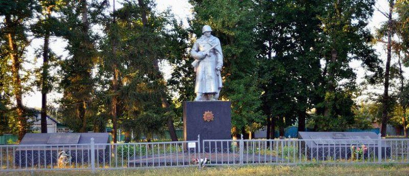 с. Бобрик Гадячского р-на. Памятник, установленный в 1962 году на братской могиле советских воинов. Здесь же находятся мемориальные плиты с именами погибших односельчан.