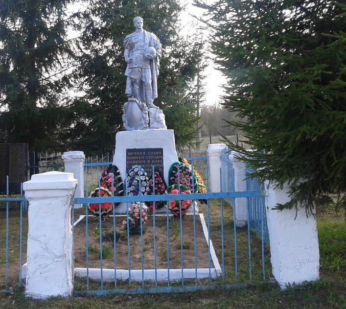 д. Кикино Темкинского р-на. Памятник, установленный на братской могиле, в которой похоронено 482 советских воина.