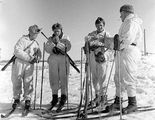 Финские лыжники на перекуре у карельской деревни Кургеница. 1941 г.