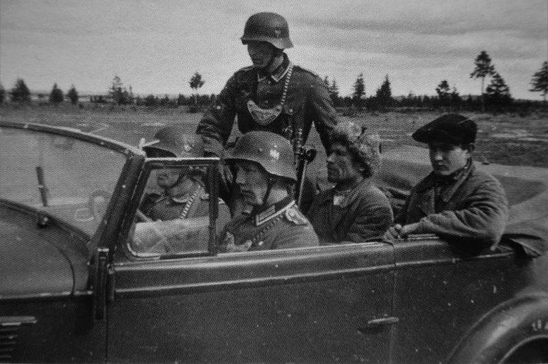 Полевые жандармы везут советских партизан. Пропагандистское фото.1941 г.