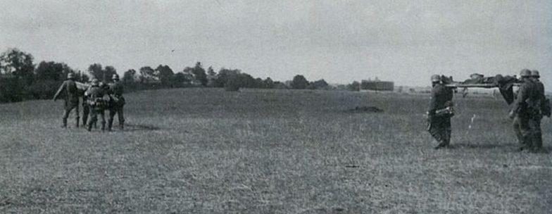 Раненных немецких солдат под Волховом выносят с поля боя. 1941 г.