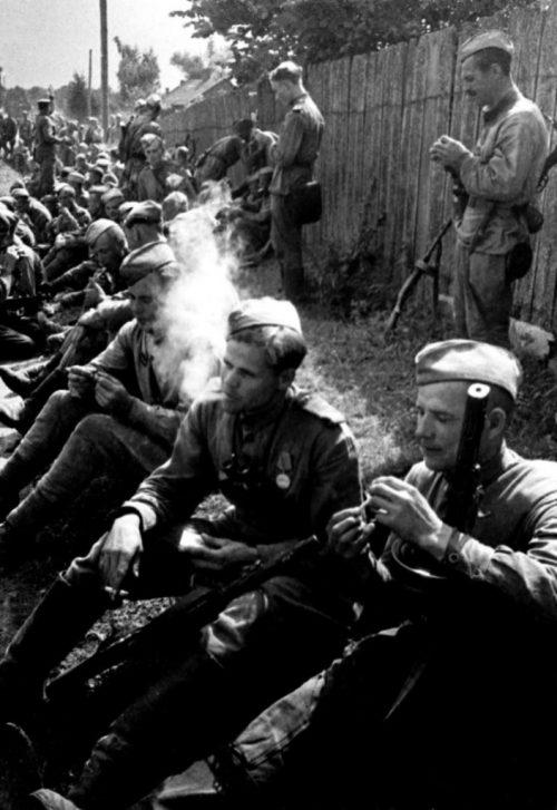 Бойцы 2-го Белорусского фронта отдыхают на привале.
