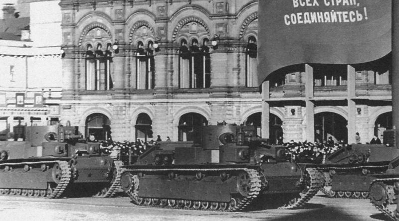 Экранированные танки Т-28 проходят по Красной площади во время парада. 7 ноября 1940 г.