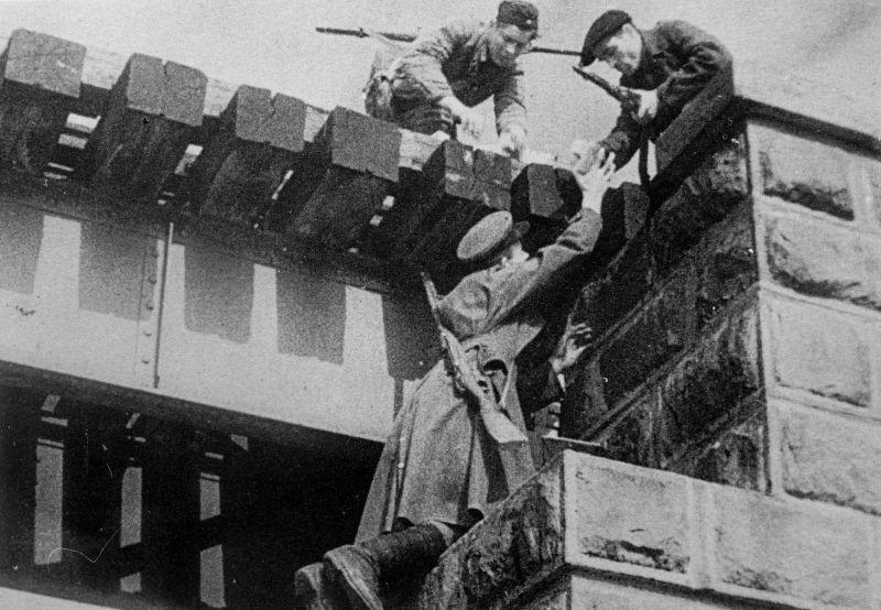 Партизаны готовят подрыв моста. Пропагандистское фото.1941 г.