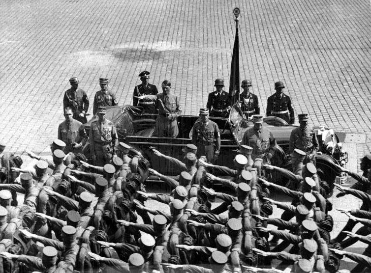 Адольф Гитлер со Знаменем крови на параде. 1938 г.