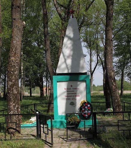 д. Крапивна Рославльского р-на. Обелиск землякам и одиночная могила.