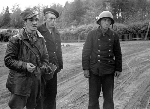 Финский лейтенант и пленные советские моряки Балтийского флота на острове Тейкарсаари. 1941 г.