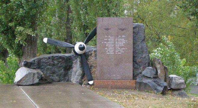 г. Полтава. Памятный знак на углу улиц Бирюзова и Юрченко летчикам-участникам советско-американской операции «Френтик».