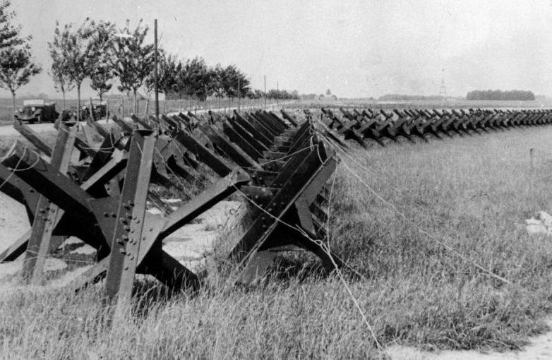 Противотанковые заграждения у дороги в окрестностях Данцига. Сентябрь 1939 г.
