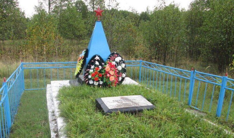 п. Красный Рославльского р-на. Братская могила советских воинов, погибших в годы войны.