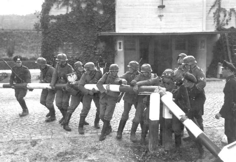 Немецкие солдаты ломают польский пограничный шлагбаум между Данцигом и Сопотом. 1 сентября 1939 г.