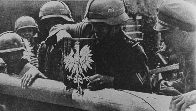 Немецкие солдаты снимают польский герб с пограничного поста Данциг и Польского коридора. 1 сентября 1939 г.