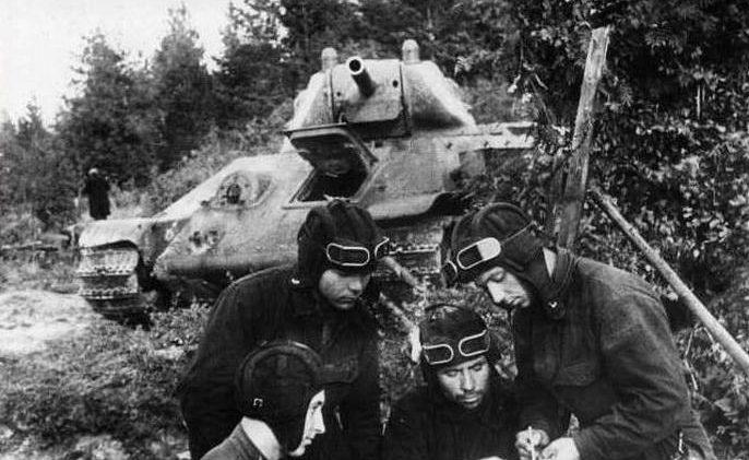 Экипаж танка старшего сержанта Я.Шумского перед боем. Сентябрь 1941 г.