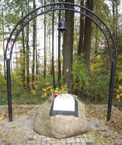 д. Кукуевка Рославльского р-на. Памятник на месте гибели в годы войны жителей Кукуевки и Серебрянки.
