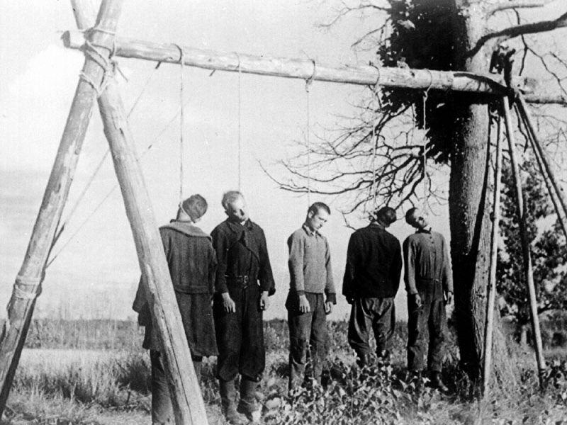 Повешенные советские партизаны. Украина, 1941 г.