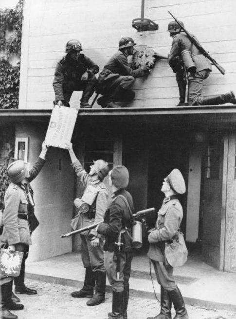 Немецкие солдаты снимают польскую символику в Сопоте. 1 сентября 1939 г.