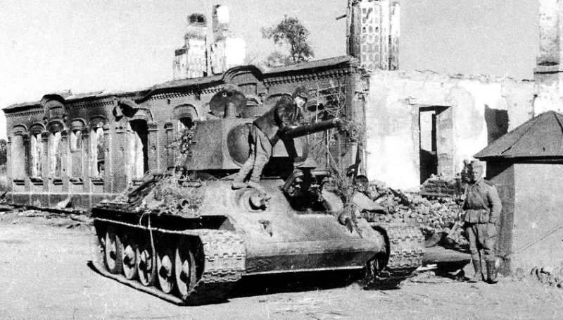 Т-34 на улице освобождённой Ельни. Сентябрь 1941 г.