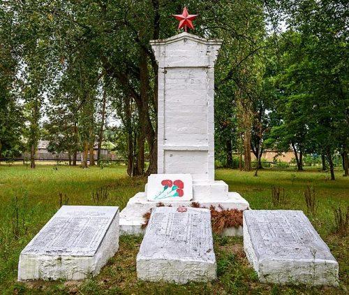 с. Вельбовка Гадячского р-на. Памятник погибшим землякам, установленный в 1967 г.