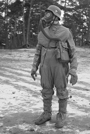 Финский солдат одет в «полный» газозащитный костюм. 1939 г.