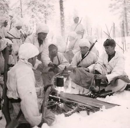 Финские лыжники у костра. 1941 г.