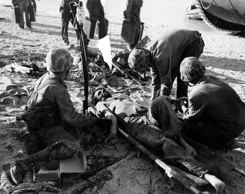 Раненный на берегу атолла Тарава. Ноябрь 1943 г.