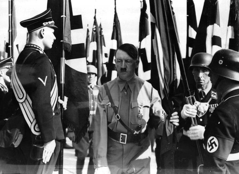Адольф Гитлер «освящает» флаги на партийном съезде. 1938 г.