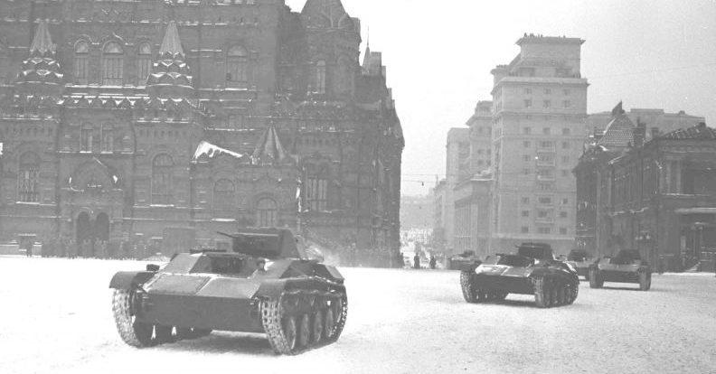 Танки Т-60 на Красной площади во время парада 7 ноября 1941 г.