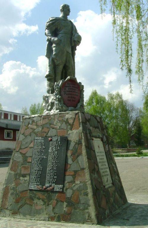 д. Липовка Рославльского р-на. Памятник, установленный на братских могилах, где похоронено 312 советских воинов, павших в боях с оккупантами.