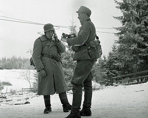 Связисты проверяет телефонные линии в Сакколе. 1939 г.