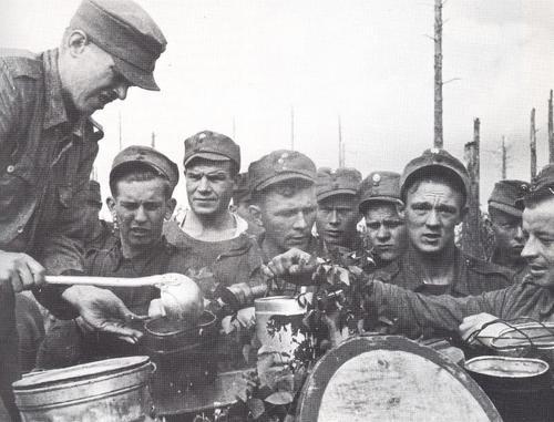 Раздача пищи в полевых условиях. 1941 г.