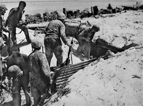 Морские пехотинцы зачищают японский блиндаж на атолле Тарава. Ноябрь 1943 г.