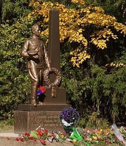 д. Малые Кириллы Рославльского р-на. Памятник неизвестному солдату.