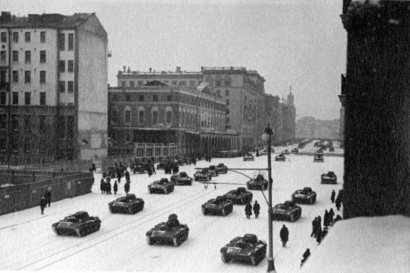 Танки Т-60 проходят по улице Горького перед парадом на Красной площади 7 ноября 1941 г.