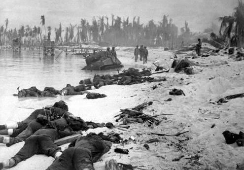 Жертвы морской пехоты на пляже Тарава. Ноябрь 1943 г.
