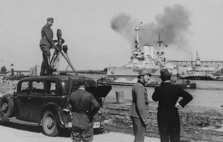 Немецкая киногруппа готовится к съемке обстрела линкором «Шлезвиг-Гольштейн» Вестерплатте в вольном городе Данциг. 1 сентября 1939 г.