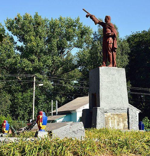 с. Вопреки Гадячского р-на. Памятник, установленный в 1957 году на братской могиле советских воинов, среди которых Герой Советского Союза С.Т. Васюта. Здесь же находятся мемориальные плиты с именами погибших односельчан.
